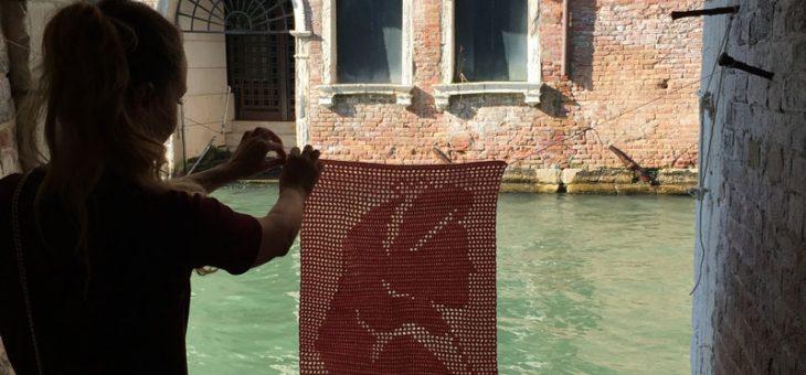 Yarn Bombing: Ali en Venecia